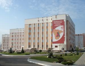 Современное здание, вход со стороны амбулаторно-поликлинического корпуса